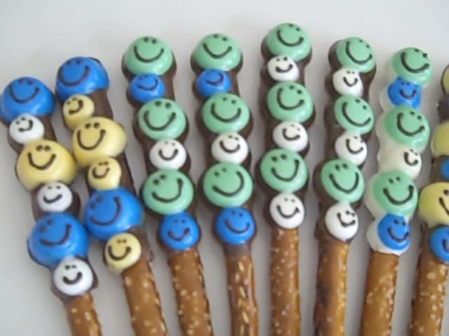pretzels-smiley-face-green-white-blue-yellow